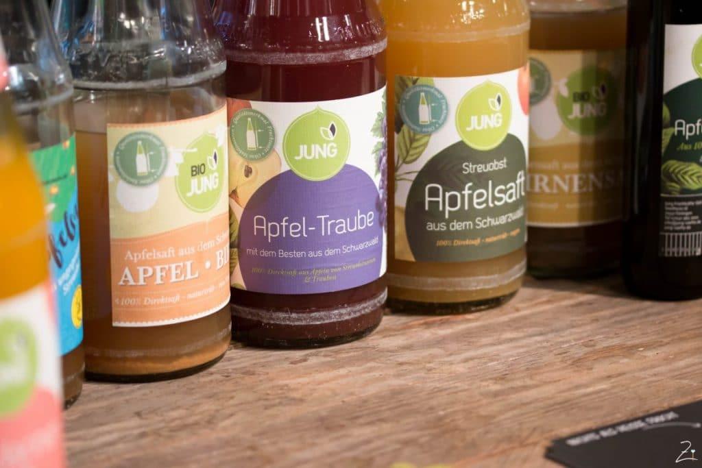 Plaza Culinaria: Glasflaschen mit Saft