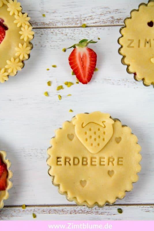 Diese fruchtigen Erdbeer Tartelettes werden alle lieben. Sie lassen sich super gut vorbereiten und im richtigen Moment für eure Gäste in den Ofen verfrachten. Druckt euch das einfache Rezept gleich aus!