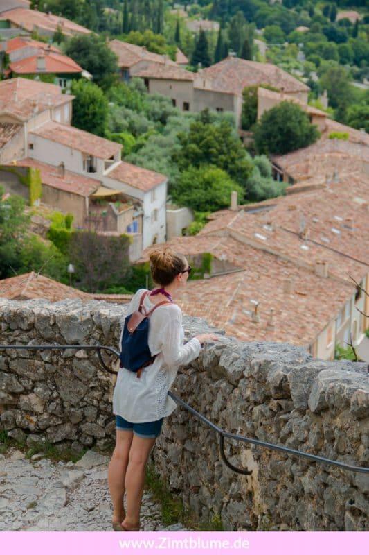 Das malerische Bergdorf Moustiers-Sainte-Marie zählt nicht umsonst zu den schönsten Dörfern in der Provence. Wer die Möglichkeit hat, sollte dringend einen Ausflug machen. Hier erfahrt ihr, warum mich ein kleines Dorf in der Provence so verzaubert hat.