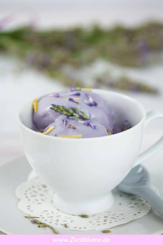 Dieses Lavendeleis mit gezuckerter Kondensmilch ist super einfach herzustellen. Und das Beste: Ihr benötigt keine Eismaschine! Das Eis wird auch ohne total cremig. Dafür sorgt die gezuckerte Kondensmilch. Druckt euch auf Zimtblume.de das Rezept aus und schwelgt mit mir im Lila-Lavendeleis-Glück!