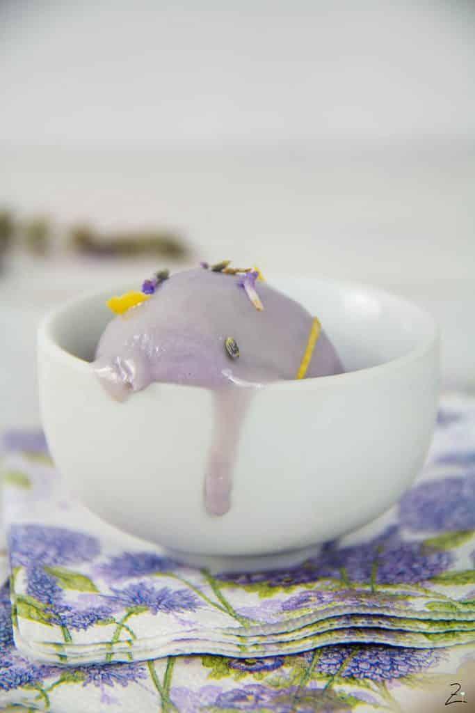 Rezept für cremiges Lavendeleis mit gezuckerter Kondensmilch