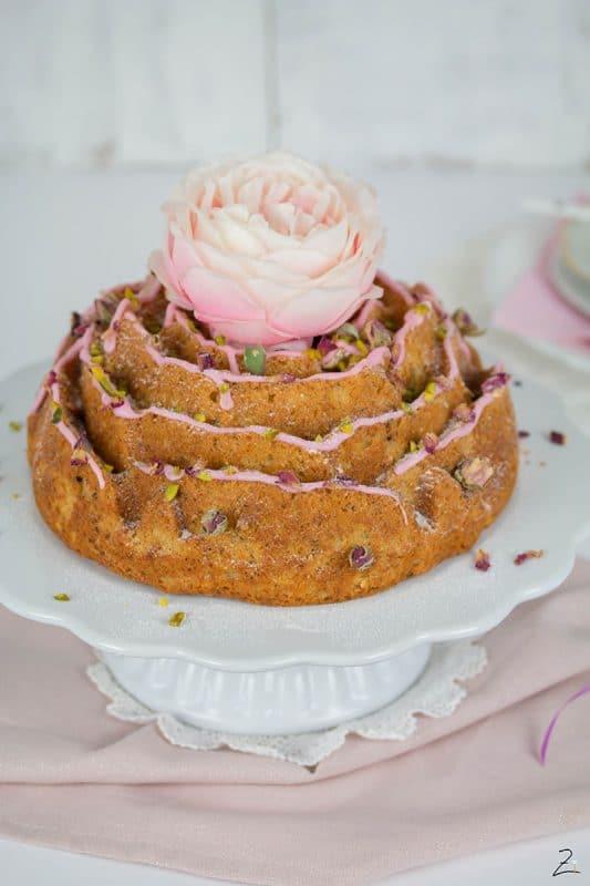 Du suchst ein schnelles Kuchenrezept, willst aber trotzdem etwas Besonderes? WIe wäre es mit diesem Zitronen Gugelhupf in Form einer Rose? Der Kuchen ist aus einem Rührteig mit Zitronen und Rosenwasser gemacht und schmeckt einfach himmlisch! Drucke dir das einfache Rezept gleich aus!