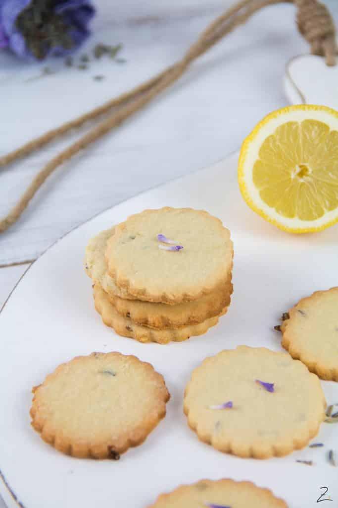 Zitronenkekse mit Lavendelblüten