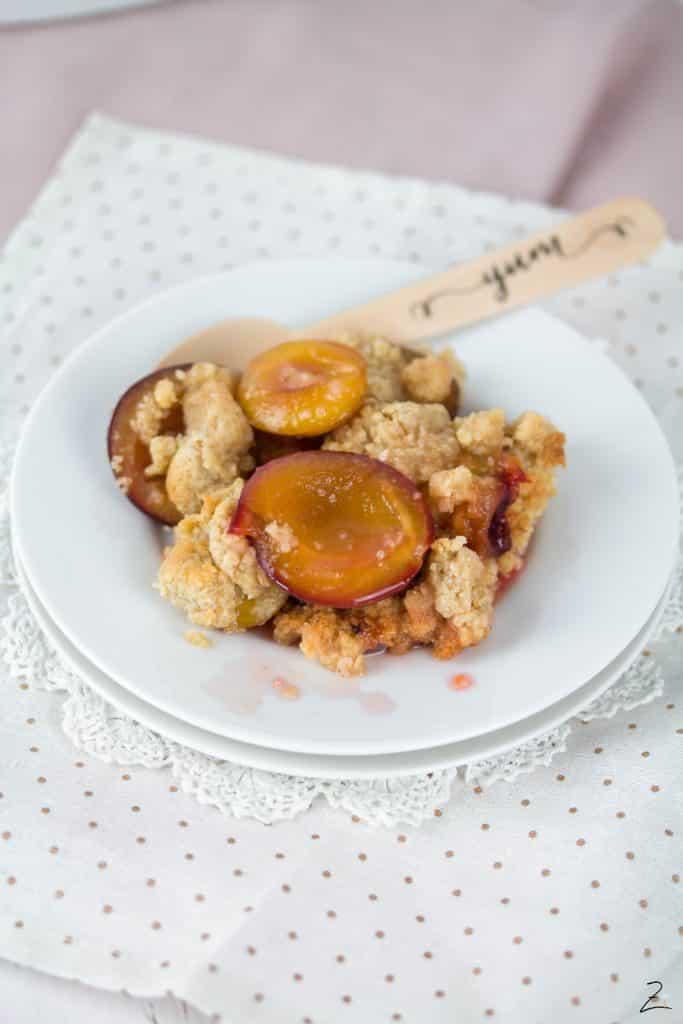 Rezept für saftigen Zwetschgen Crumble mit Marzipan Streuseln