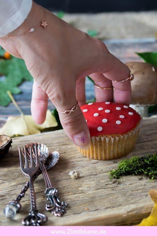 Diese Fliegenpilz Muffins werden alle lieben. Sie sind der perfekte Vorbote für einen farbenfrohen Herbst! Die Nussmuffins sind ganz einfach und schnell gemacht und absolut anfängertauglich! Druckt euch auf Zimtblume.de das Rezept aus und postet euer schönstes Foto auf Facebook oder Instagram mit dem Hashtag #zimtblume Ich wünsche euch einen guten Appetit!