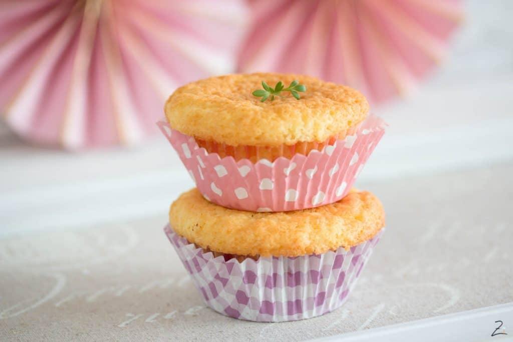 Muffins Grundrezept: Kleine Kuchen im rosa Muffinpapier