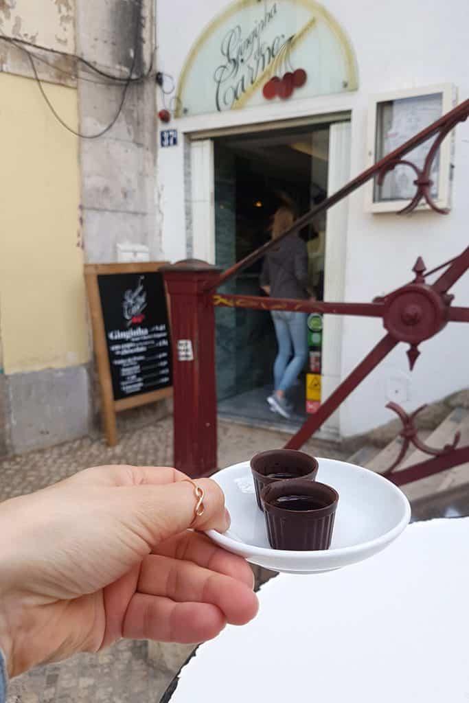 Lissabon: Ginjinha im Schokobecher