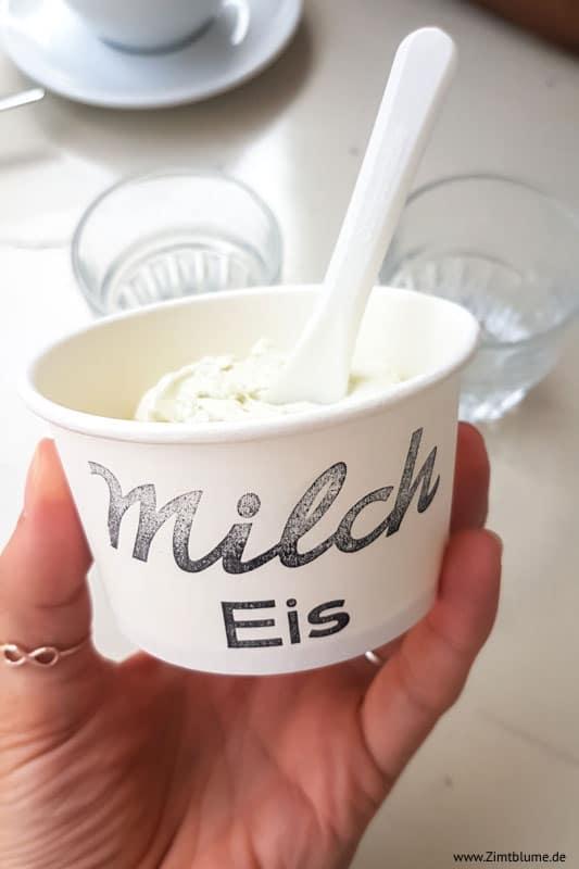 Eis im Becher im Café Milch in Hamburg