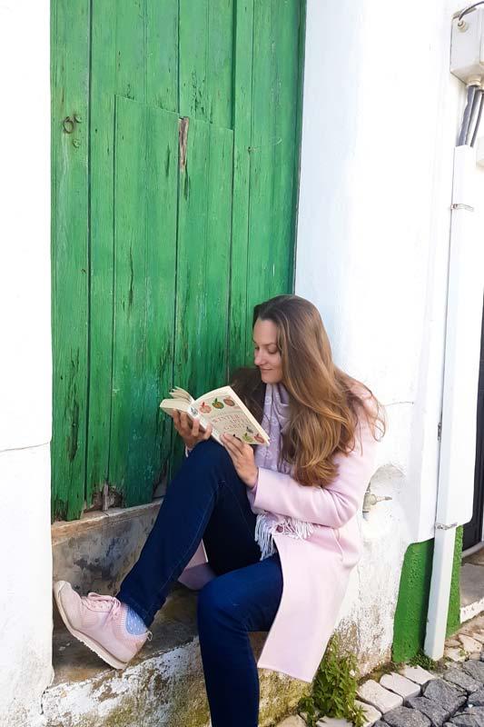 Buch lesen auf der Treppe