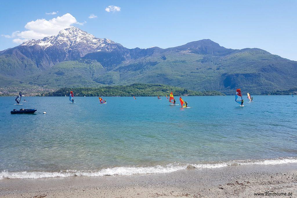 Windsurfer auf dem See in Domaso