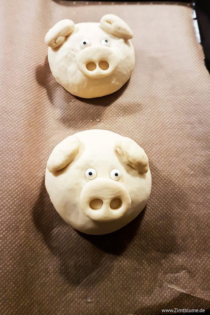 Hefeteig-Glücksschweinchen auf dem Backblech