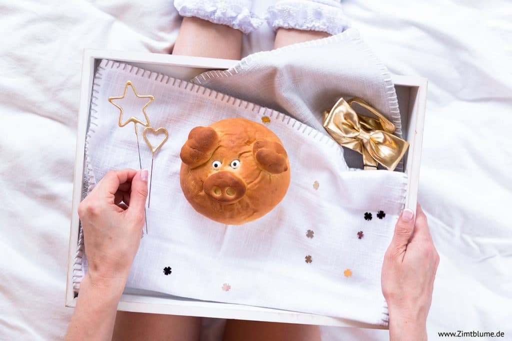 Glücksschweinchen aus Hefeteig auf dem Tablett