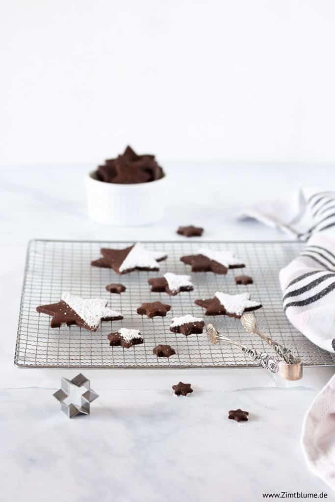 Schokoladensterne mit Puderzucker