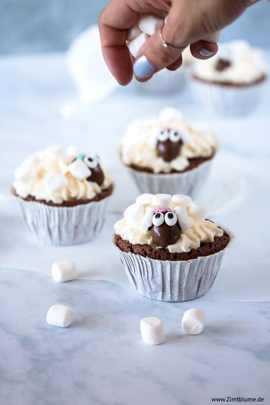 Schäfchen Cupcakes dekorieren