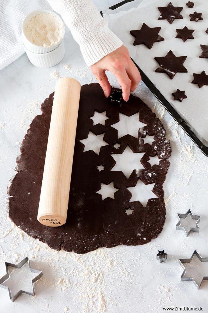Plätzchen aus Schokoladen Mürbeteig ausstechen