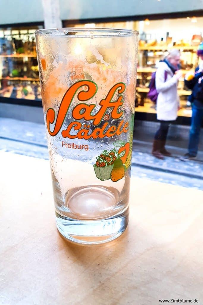 Leeres Glas mit frischem Saft aus dem Saftlädele