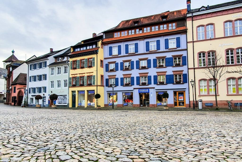 Häuserfassade Augustinerplatz: Die schönsten Läden in Freiburg