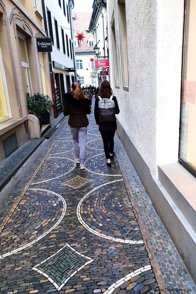 Touristen in der Schusterstraße in Freiburg