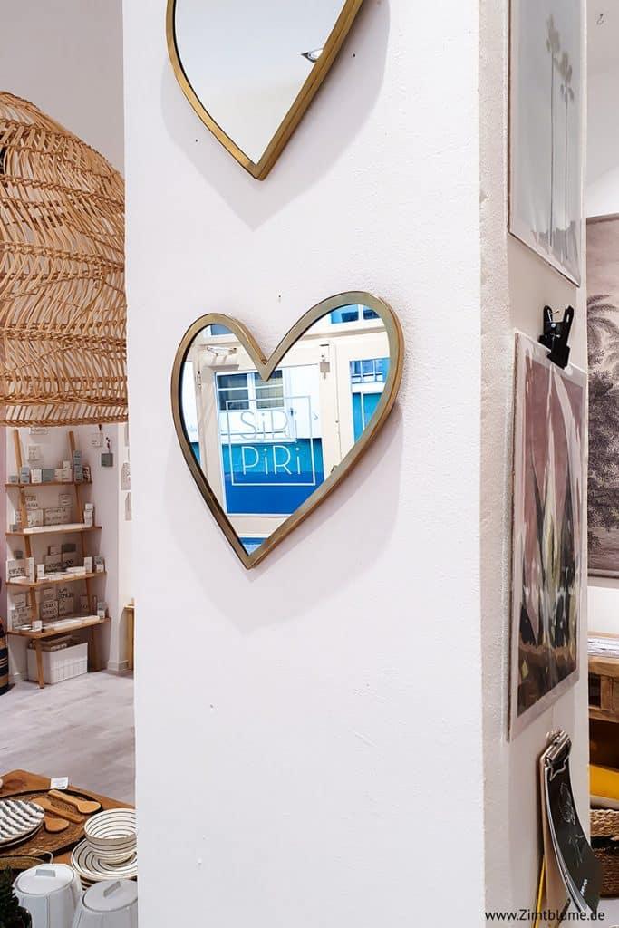 Spiegel in Herzform im Concept Store Siri Piri