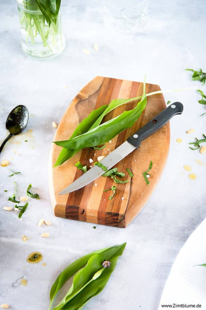 Bärlauch für Pesto kleinschneiden
