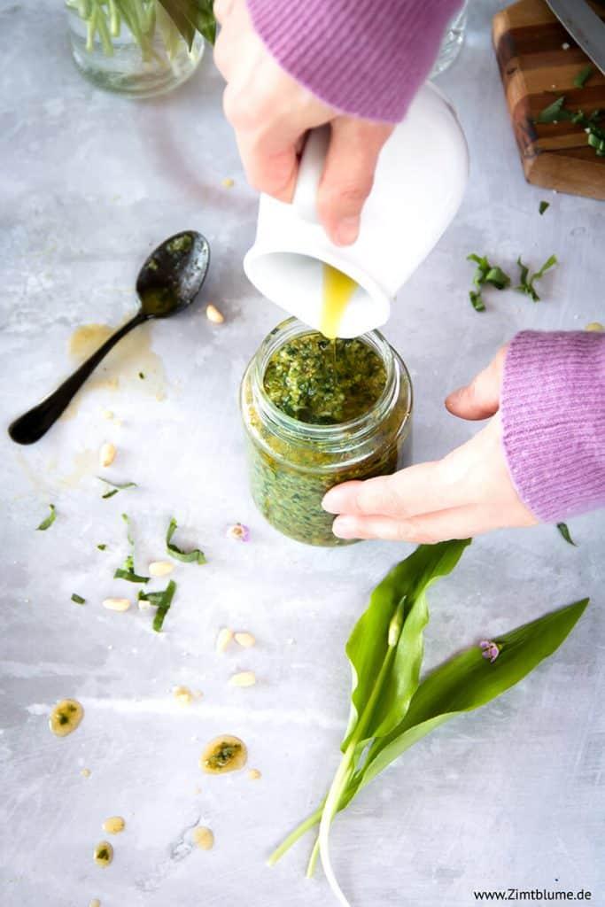 Olivenöl aufgießen für Pesto