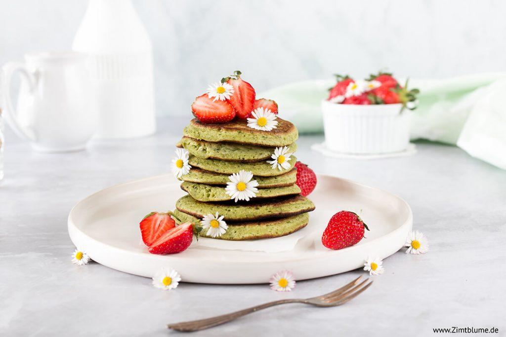 Matcha Pancakes mit Erdbeeren