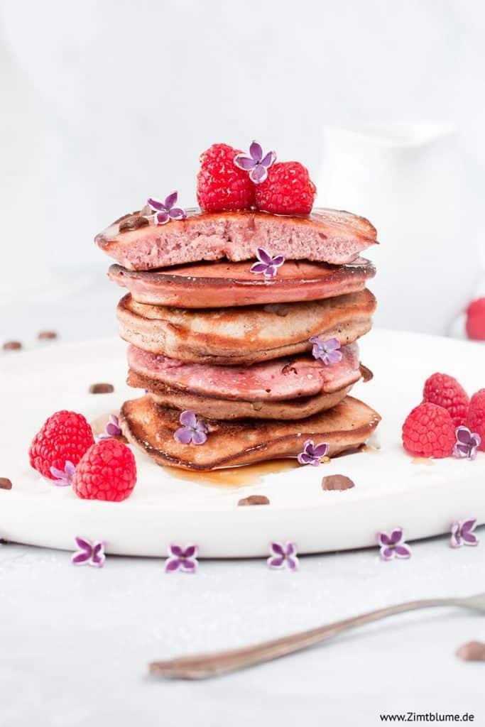 Rosa Pancakes mit Himbeeren