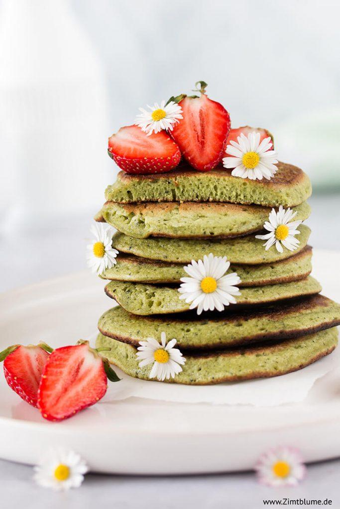Rezept für Pancakes mit Matcha und Erdbeeren