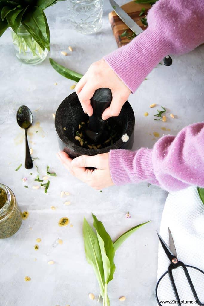 Pesto im Mörser zubereiten