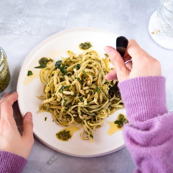 Spagetti mit Bärlauch Pesto essen