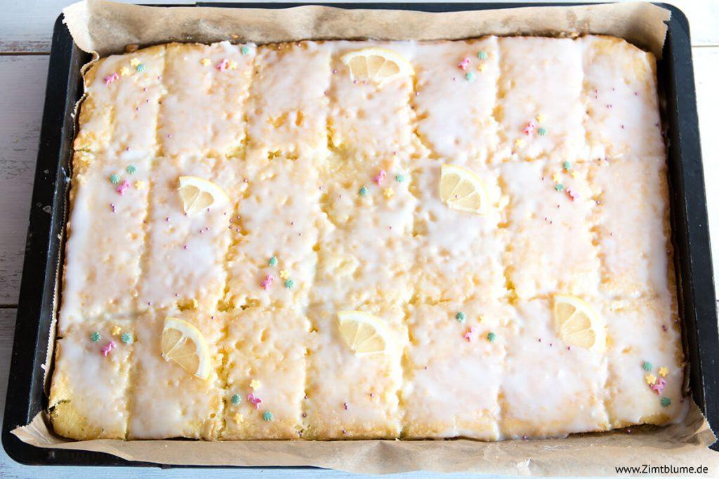 Zitronenkuchen vom Blech mit Zuckerguss
