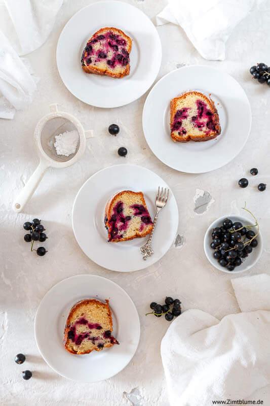 Einfacher Kuchen mit schwarzen Johannisbeeren